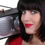девушка слушает радио