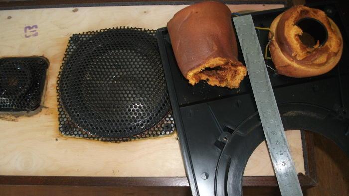 Первая колонка со снятой крышкой, мерим длину трубы фазоинвертора