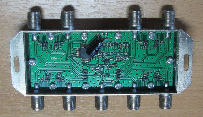 Рисунок 4а – Вид DISEqC-переключателя с установленным конденсатором